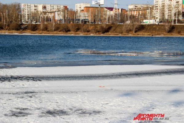 Кстати, зима в Иркутске все еще не наступила и лед крайне непрочный.