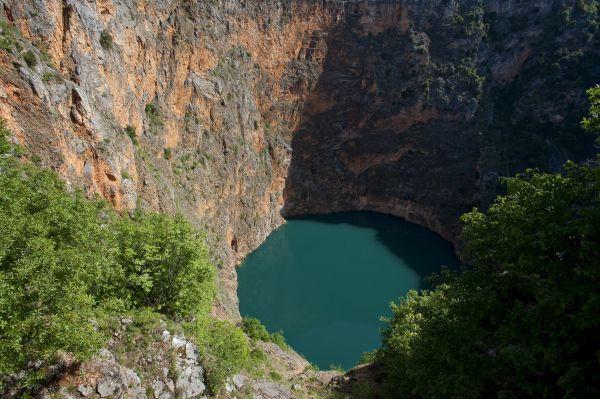 В Хорватии около города Имиотски в глубокой воронке, сформированной в результате разрушения подземной пещеры, образовалось озеро, названное Красным озером. Общая глубина воронки – 530 м.