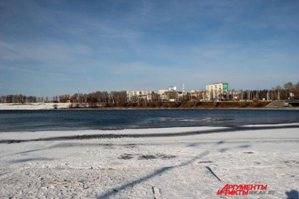 После того как смогли выбраться из полыньи нужно немедленно откатиться подальше к берегу, чтобы минимизировать воздействие своего веса на лед.