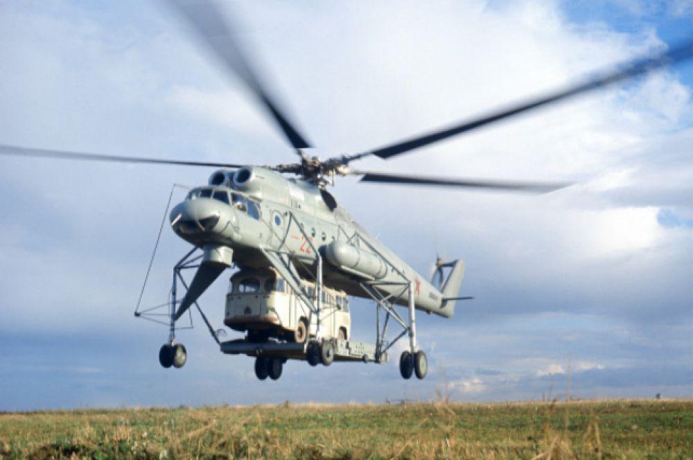 Ми-10 называли «летающим краном»: он доставлял на места разработки нефти целые дома для рабочих на внешней подвеске, перевозил нефтяные вышки в сборе.
