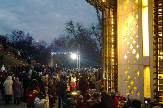 Возле Мемориала голодоморов в Киеве