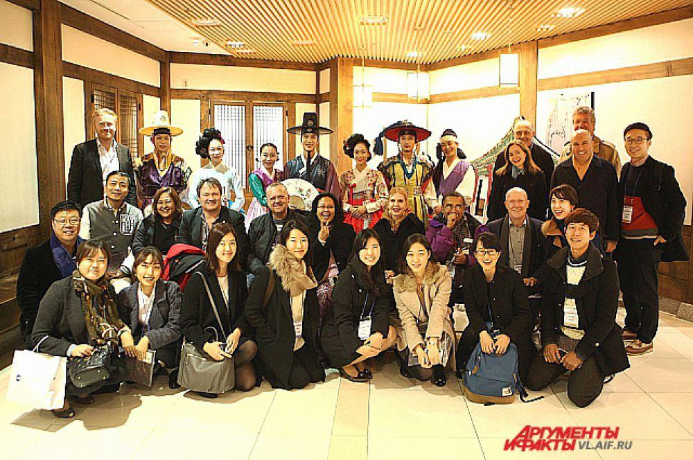 Журналисты и коллектив театра Jeongdong. После шоу.