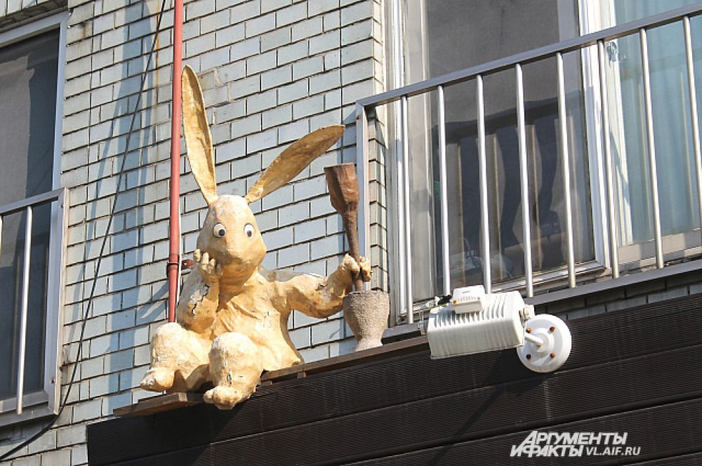 Зайчик - по балконам побегайчик.