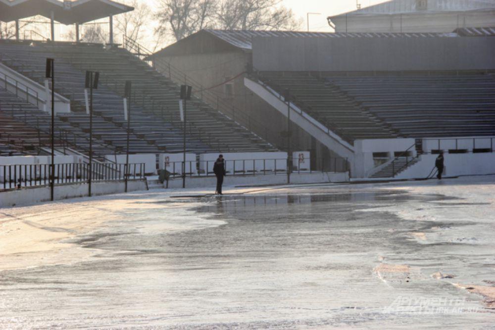 Даже первые зимнимние матчи пришлось проводить на искусственном льду.