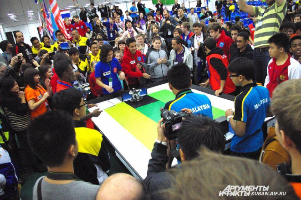 Соревновательная категория «Футбол роботов» стала самой популярной у зрителей. Как и на настоящий футбольный матч, болельщики приходили с флагами и речевками.