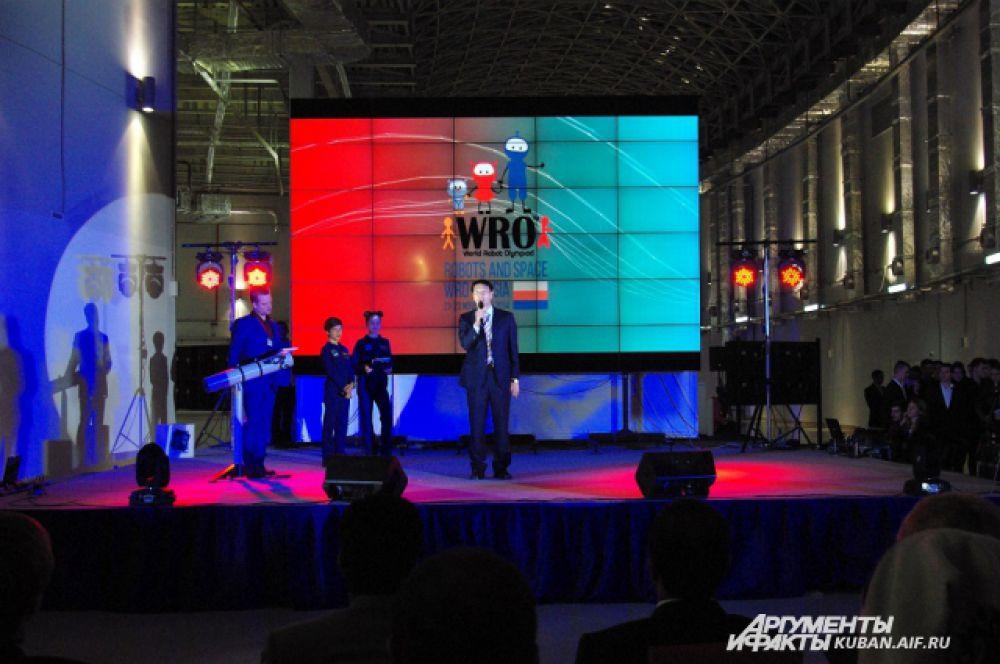 На сцене - господин Джонсон Джан, председатель Консультационного совета WRO.