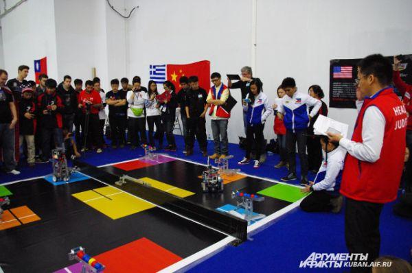 В этой соревновательной категории построенные ребятами роботы должны успешно выполнить различные  задачи. Каждому участнику на это отводится всего несколько минут.