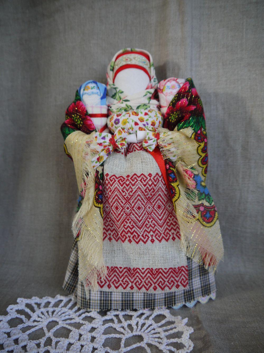 Кукла Московка с прикреплёнными к ней детишками является символом материнской заботы и любви. Мать любит своих детей, сколько бы их не было. Основа куклы - столбец - символ мужской силы. Такая кукла представляла собой оберег семьи и здоровья, единения мужского и женского начала, продолжения рода.