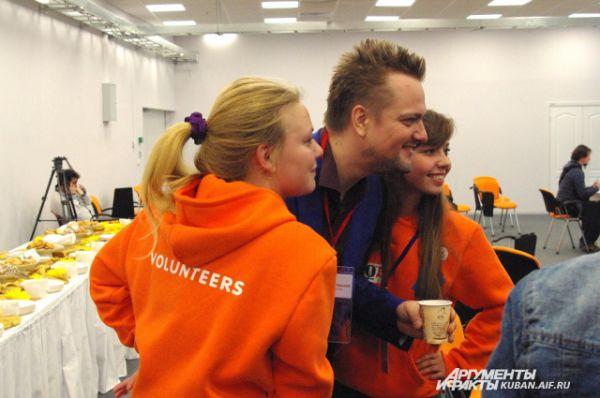 Александр Пушной, ведущий научно-популярной передачи «Галилео», фотографируется с волонтерами перед началом мероприятия.