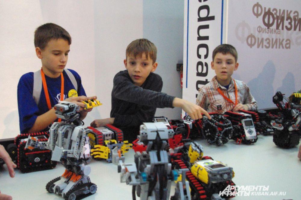 На игровой площадке дети могли попробовать сконструировать своего первого робота.