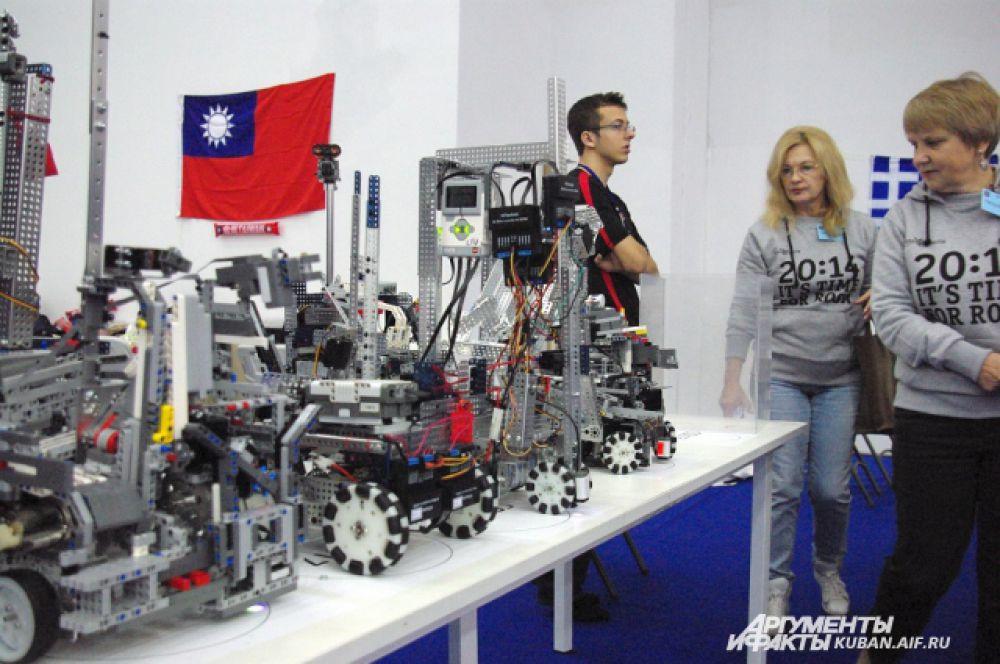 Роботы в «комнате отдыха» ожидают начала соревнований.