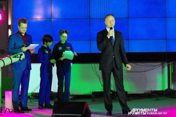 Всемирную Олимпиаду по робототехнике открыл министр образования и науки Дмитрий Ливанов. Вел церемонию Александр Пушной.