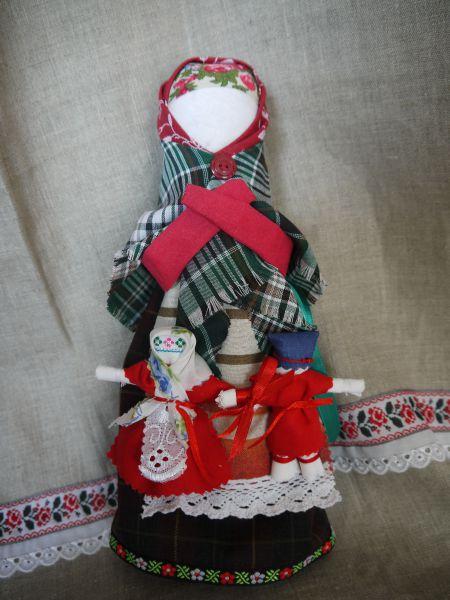 Куклу Благословение делала мать невесты до венчания. На подоле у большой куклы – так называемые Неразлучники. Большая кукла оставалась у матери невесты, а маленькие у молодоженов, как символ