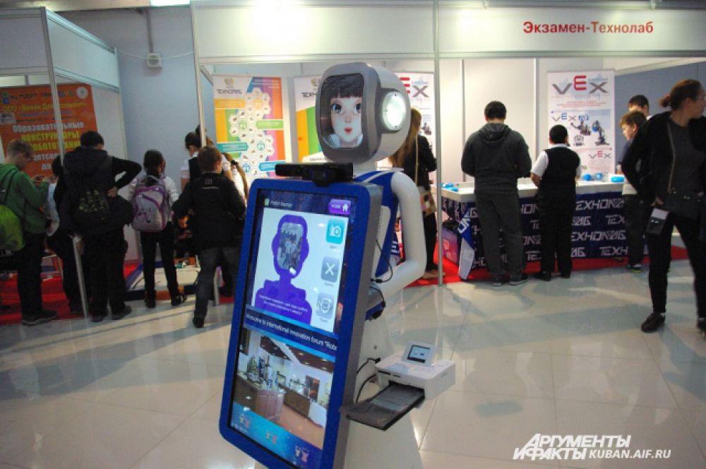 Робот для создания селфи. Каждый желающий может сфотографироваться, а робот на несколько минут помещает вашу фотографию в свой интерфейс.