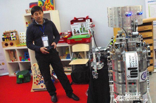 Этот российский робот уже преподает в нескольких школах физику. Учитель управляет им с помощью пульта. Детям очень нравится. Робот не может говорить, но умеет смеяться.