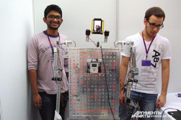 Участники из Катара назвали своего робота Гуманоид Влад. Это единственное русское имя, которое они знают.