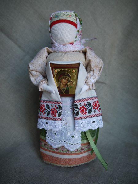 Кукла Благословение воплощает образ матери бабушки, родины, земли, которая благословляет нас на благие дела.
