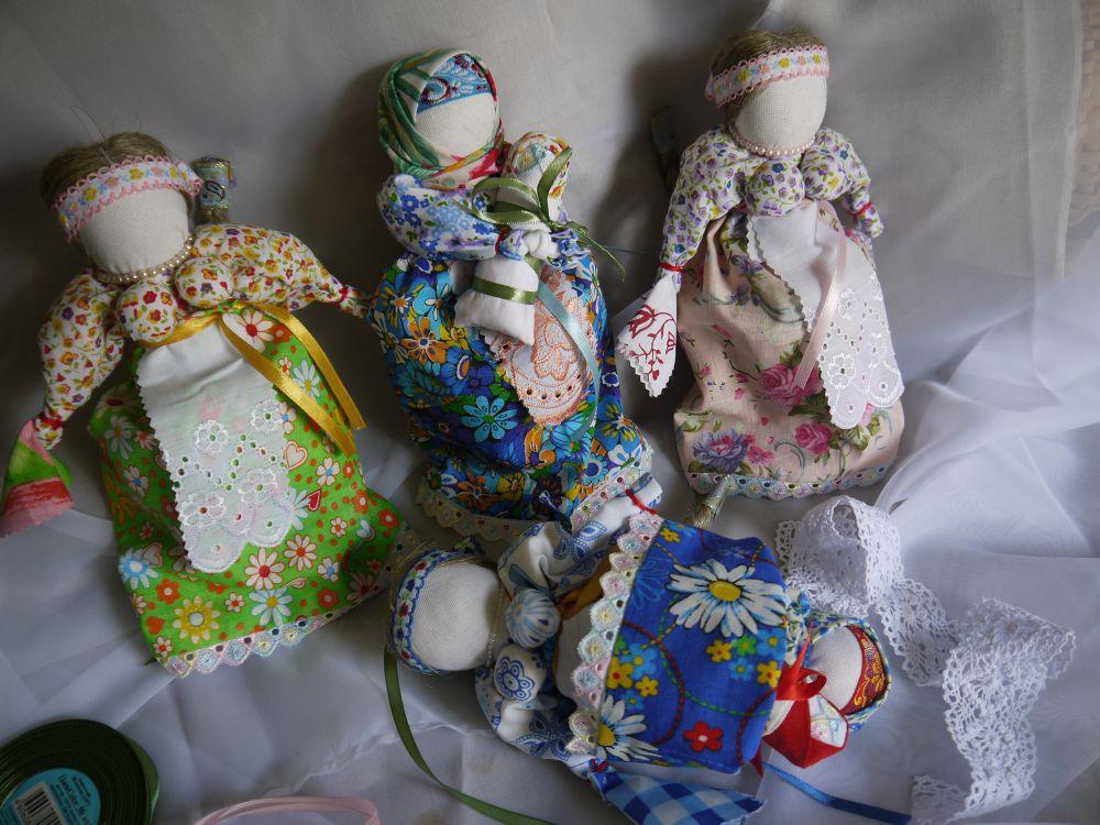Перевёртыш девка-баба. Это игровая кукла с двумя головами. Вот она – девушка на выданье, перевернёшь - а она - мамочка с детьми.