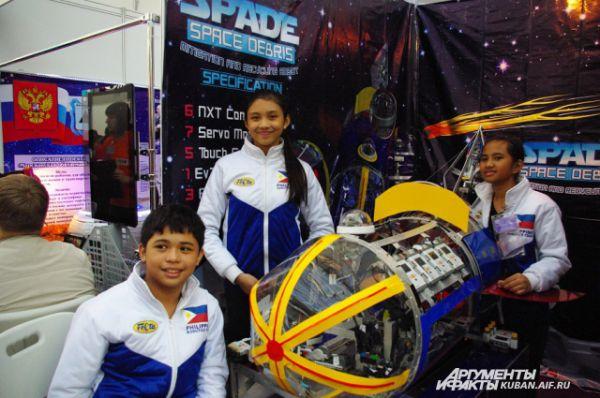 Ребята из Филиппин хорошо продумали дизайн своего аппарата, покрасив акрил в разные цвета.