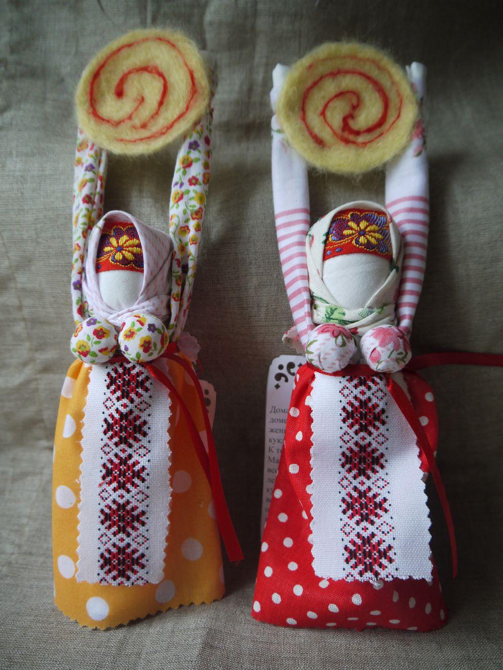 Масленицу хранили дома. Если случалось несчастье или болезнь, на пояс кукле вешали верёвочки, приговаривая молитвы. Кукла должна была взять все беды на себя. На Масленицу её жгли вместе с большим чучелом.