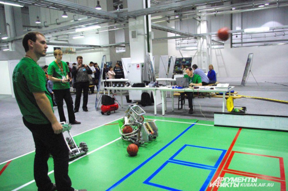 Ростовские студенты разработали робота, который умеет забрасывать мячи в баскетбольную сетку.