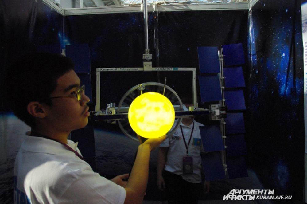 Творческий проект ребят из Казахстана. Юные робототехники предлагают создать механизм, с помощью которого станция будет автоматически поворачиваться к солнцу для подзарядки энергией.