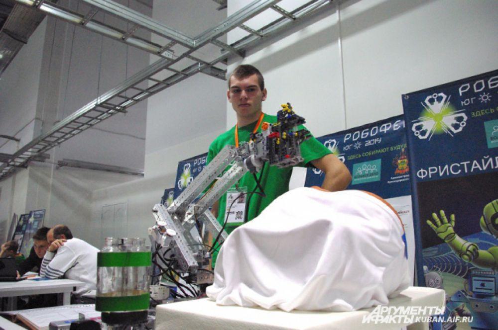 Проект, навеянный Эболой. Студент из Усть-Лабинска Андрей уверен, что в ближайшем будущем уколы инфицированным пациентам будет делать робот.