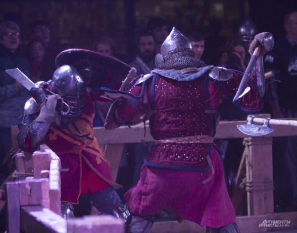 Финальные бои проходили уже вечером. Как и на улице, в зале приглушили свет. Царила атмосфера средневековья