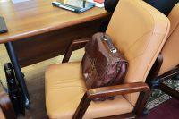 Портфель на стуле чиновника