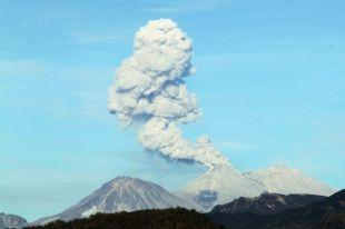 На Камчатке вулкан Жупановский выбросил пепел на высоту 8 километров
