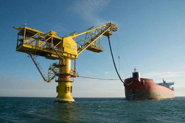 Нефть в танкер загружают с одноточечного причала.