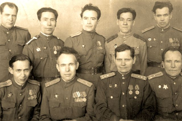 1947 год. Писатели-фронтовики. Слева направо. 1 ряд: Абдурахман Абсалямов, Афзал Шамов, Халик Садри, Хасан Шабанов; 2 ряд: Амирхан Еники, Усман Бакир, Абдулла Ахмет, Асгат Айдар, Хатиб Усман