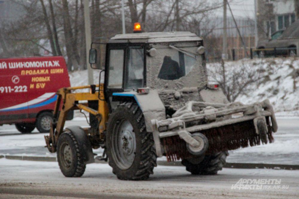 Снегоуборочная техника работает, но не справляется на загруженных дорогах.