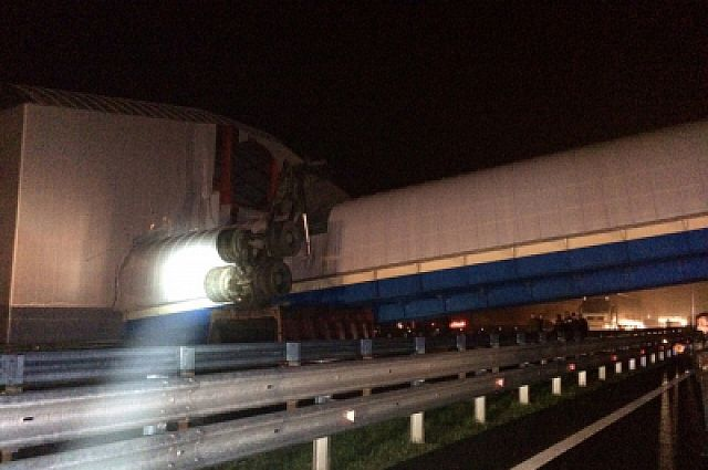 Водитель грузовика не заметил, что кузов машины поднят, и поехал под мост.