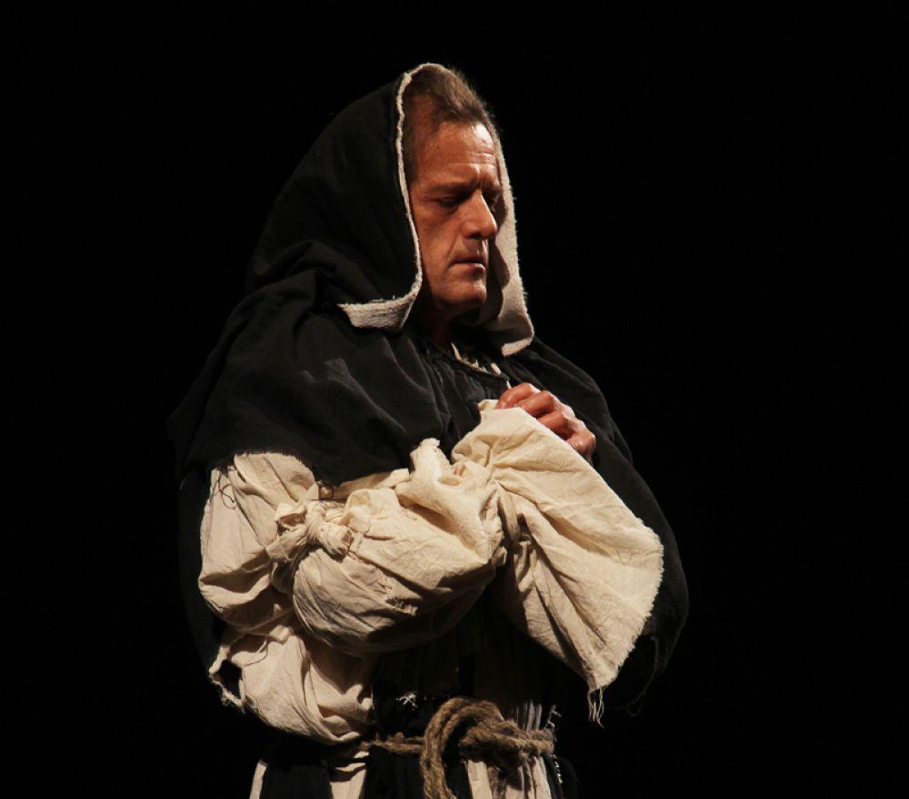 Сначала на сцене появляется священник, который, как выяснилось в итоге, во всём и виноват