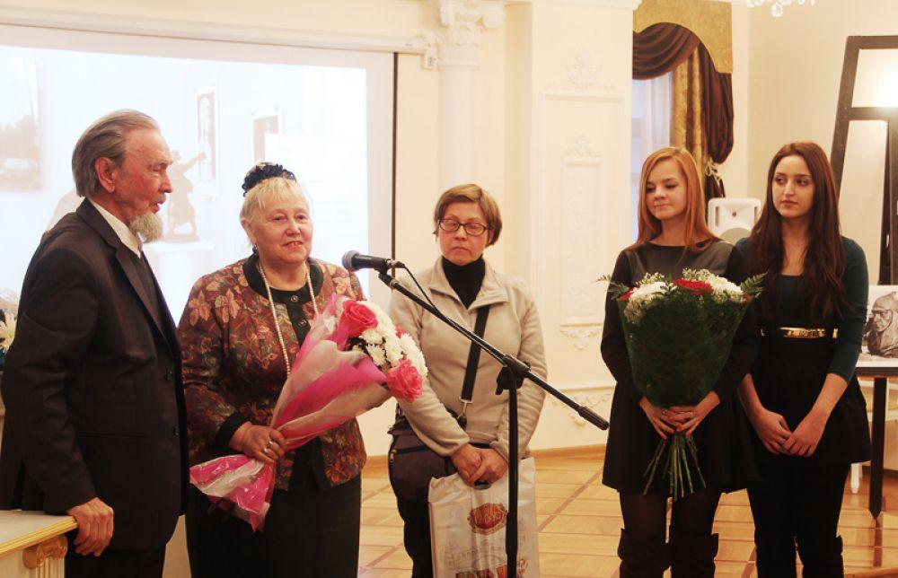 Цветы вручили преподаватели и студенты УлГУ