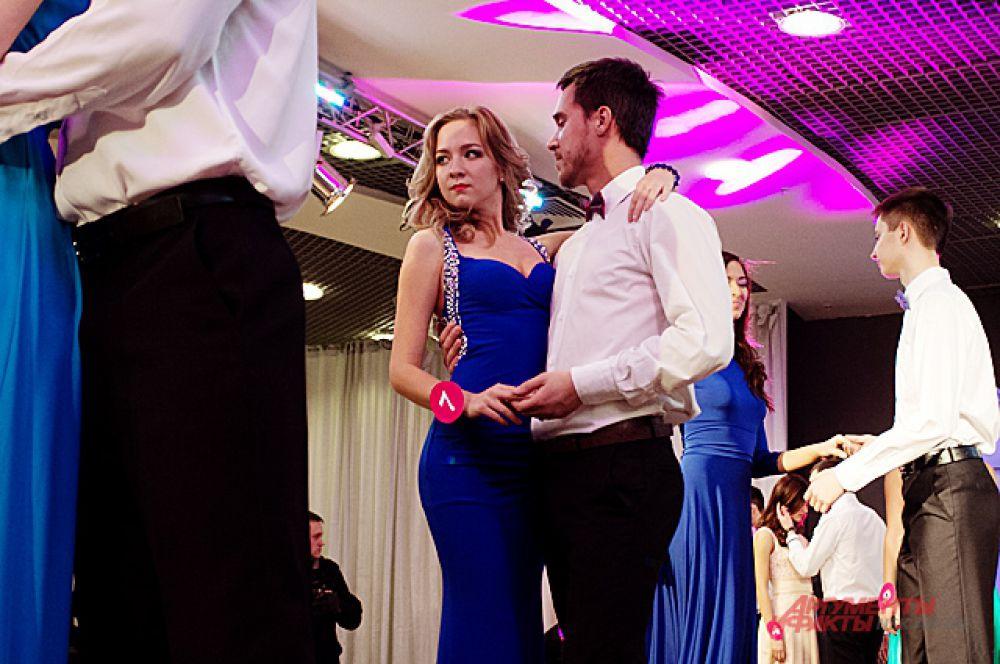 Этап конкурса «Спортивный бал» - дефиле в вечернем платье с партнёром.