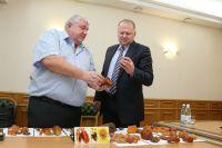 Предприниматель показал лучшие образцы янтаря губернатору Николаю Цуканову.