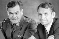 Командир космического корабля «Союз-12» подполковник Василий Лазарев (слева) ибортинженер Олег Макаров.