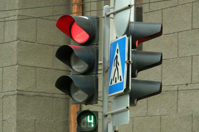 Светофоры и дорожные знаки устанавливают в Омске.