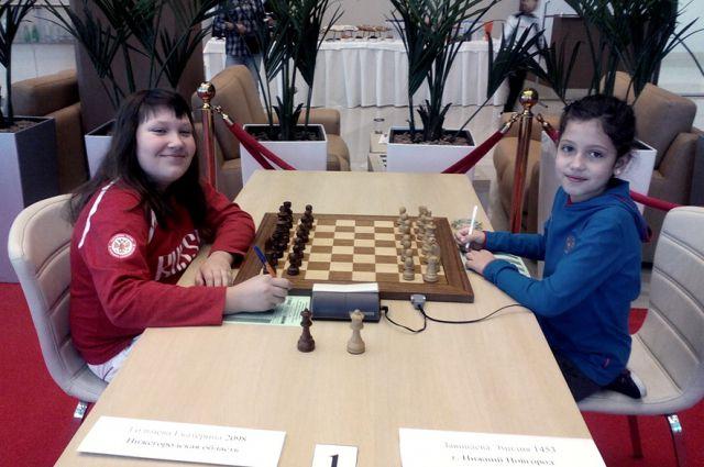 Катя Гольцева (на снимке слева) и Эмилия Завиваева за шахматной доской могут сидеть часами. Причём с радостью!