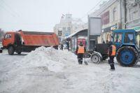 Дорожники активно убирают с омских улиц снег.