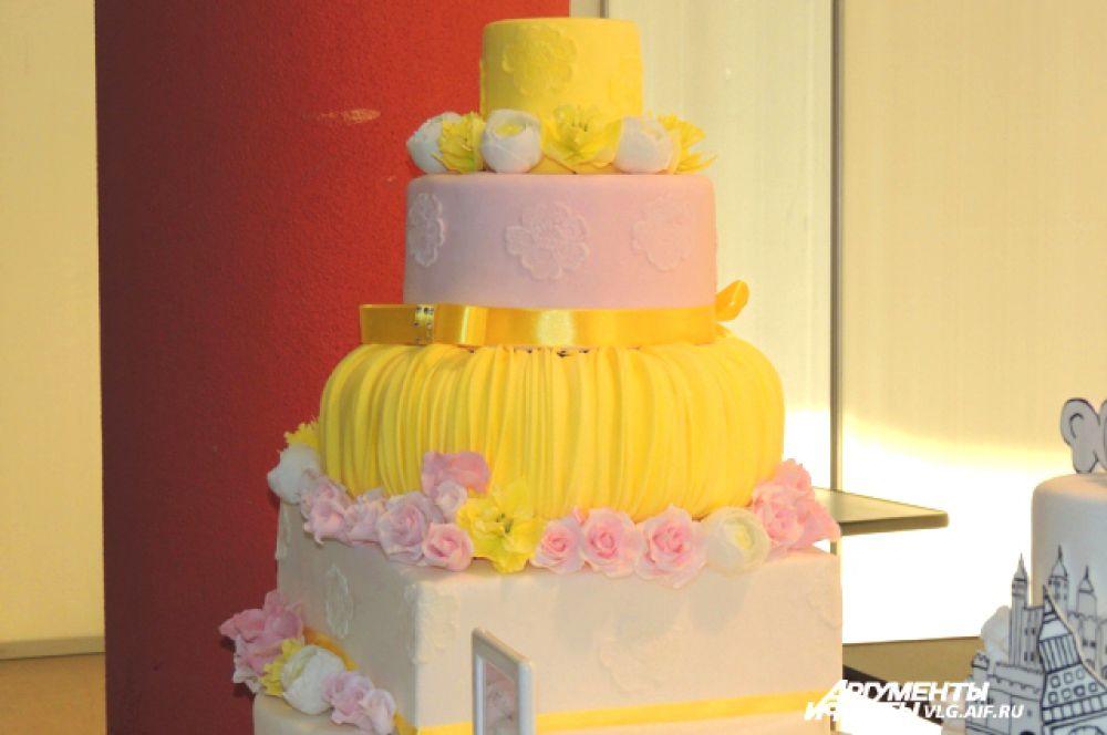 Пятиярусный свадебный торт.
