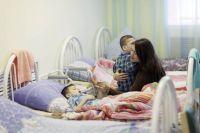 Больничные мамы сопровождают своих подопечных на все процедуры.