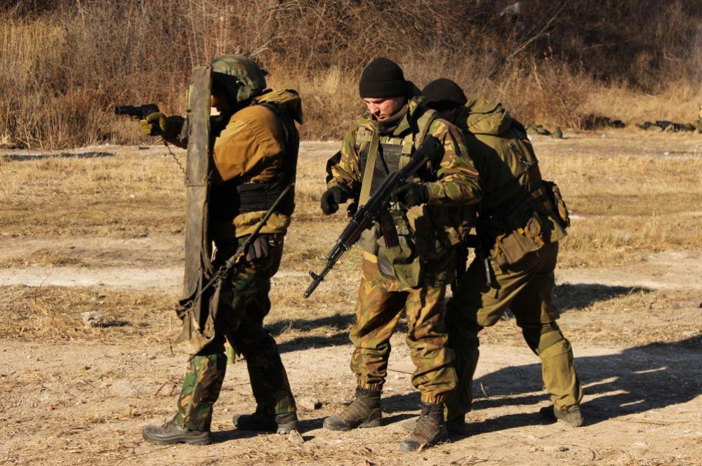 Бойцы отрабатывают навыки ближнего боя.