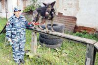 Острый нюх собаки позволяет кинологу найти заложенное взрывное устройство.
