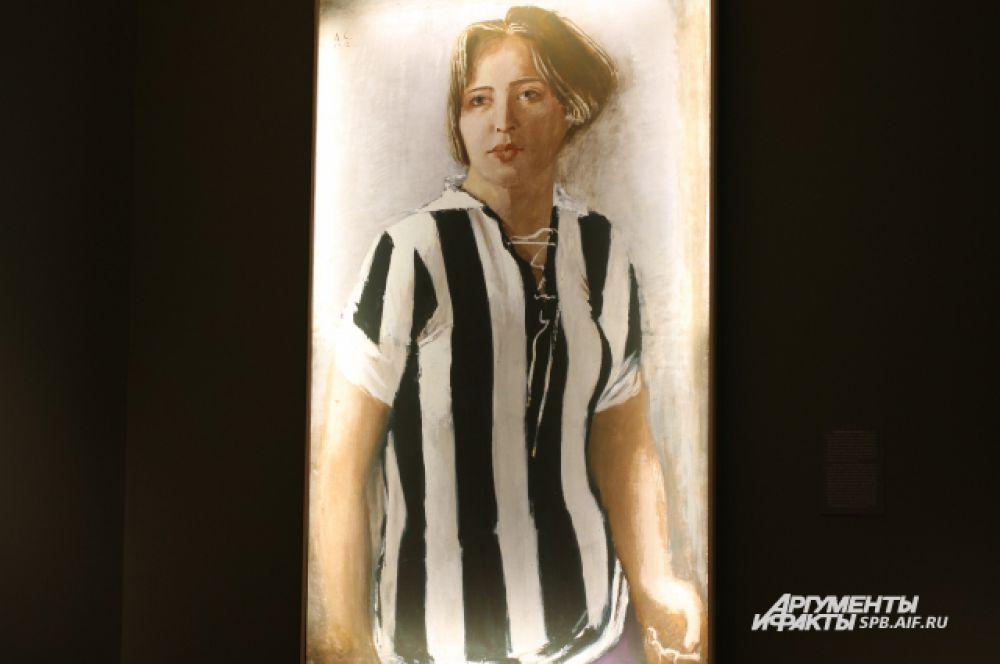 Картина Девушка в футболке была первой из серии, посвящённой молодым женщинам. Моделью для этой работы стала учительница Евгения Петровна Адамова