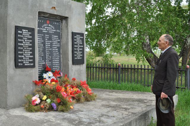 Возле мемориала на месте заброшенной деревни всегда есть цветы.