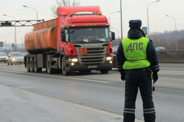 Инспекторы ДПС помогли замерзающим водителям.