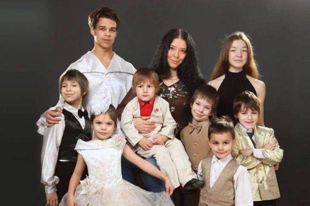 «Мы с мужем искренне хотим быть многодетными родителями», - говорит Веда Ливадонова (на снимке в центре).